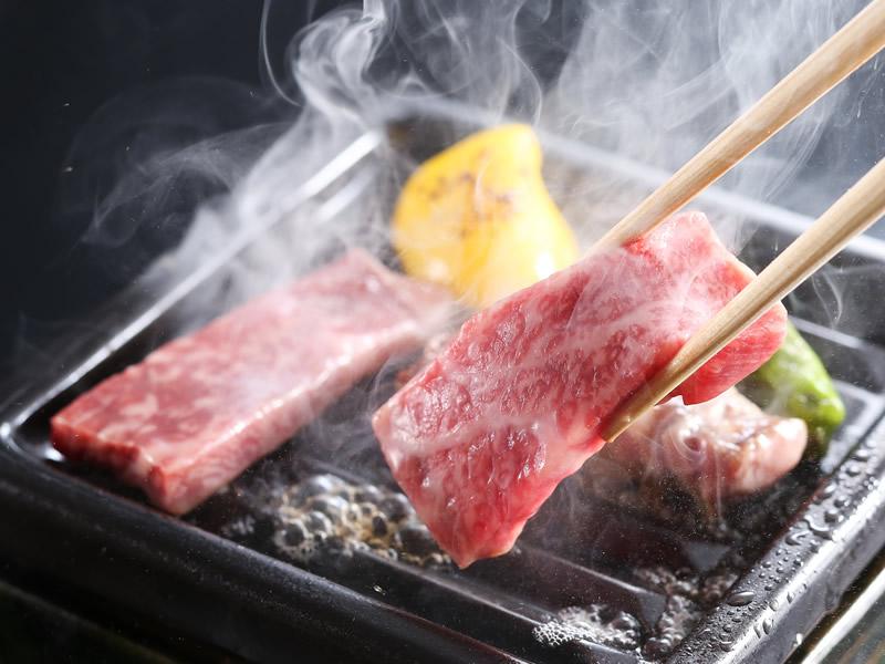 三田牛と淡路産玉葱の陶板焼きコースの一例