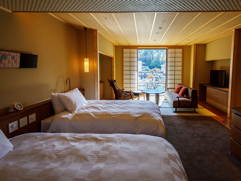 Chambre japonaise moderne deluxe avec bain en plein air (source Kinsen)